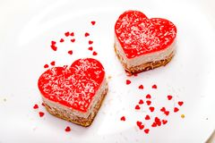 Dos tortas en forma de corazón en la placa Foto de archivo libre de regalías