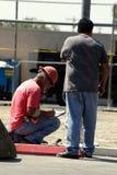 Dos trabajadores de construcción Fotos de archivo libres de regalías