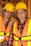 Dos trabajadores de construcción en el trabajo Foto de archivo