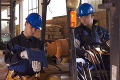 Dos trabajadores de construcción en lugar de trabajo imagenes de archivo