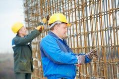 Dos trabajadores de construcción que hacen el refuerzo Fotos de archivo libres de regalías
