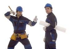 Dos trabajadores de construcción que hacen reparto imagen de archivo