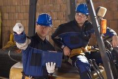 Dos trabajadores de construcción que miran plan imágenes de archivo libres de regalías