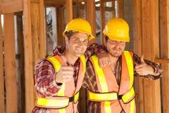 Dos trabajadores de construcción en el trabajo Imagen de archivo