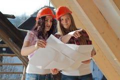 Dos trabajadores de mujeres jovenes en el tejado foto de archivo