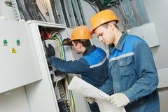 Dos trabajadores del electricista Foto de archivo libre de regalías