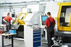 Dos trabajadores en el taller de la herramienta Imagen de archivo