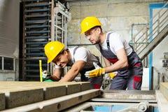 Dos trabajadores en una fábrica Foto de archivo libre de regalías