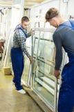Dos trabajadores en uniforme Imágenes de archivo libres de regalías