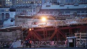 Dos trabajadores fuman en una construcción por la tarde en la Moscú almacen de metraje de vídeo