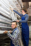 Dos trabajadores que eligen perfil de la ventana del PVC Imágenes de archivo libres de regalías