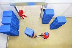 Dos trabajadores que preparan salida de las mercancías foto de archivo libre de regalías