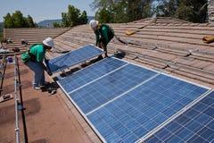 Dos trabajadores solares de sexo masculino imagen de archivo libre de regalías