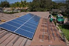 Dos trabajadores solares de sexo masculino instalan los paneles solares Imágenes de archivo libres de regalías
