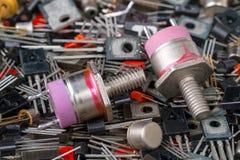 Dos transistores potentes en el fondo de los elementos de radio imágenes de archivo libres de regalías