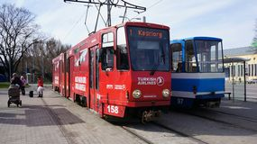 Dos tranvías coloreadas rojo-blancas que se colocan de lado a lado en la estación en Tallinn, Estonia Imagen de archivo