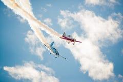 Dos trayectorias cruzadas de los aviones del truco Imagenes de archivo