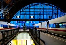 Dos trenes de punto negro en la estación de tren de Leipzig Fotografía de archivo