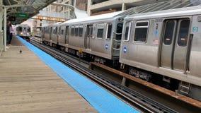 Dos trenes del EL llegar y salir las estaciones de Adams/de Wabash en el lazo de Chicago almacen de video