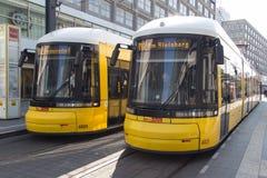 Dos trenes eléctricos de la tranvía en Berlín Imagen de archivo