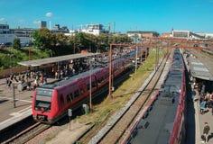 Dos trenes en el ferrocarril en Copenhague; Copenhague, guarida imagen de archivo