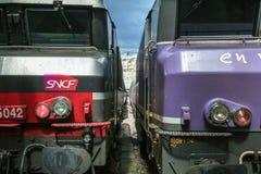 Dos trenes listos para la salida en París Gare de l estación de tren del Est del `, con el logotipo de la SNCF visto en frente foto de archivo libre de regalías