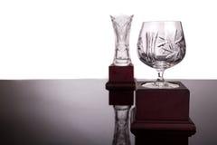 Dos trofeos cristalinos con el foco en el trofeo de la taza en el primero plano imagen de archivo