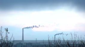 Dos tubos de cocido al vapor al vapor enormes de la central eléctrica de la planta sobre el cielo azul almacen de video