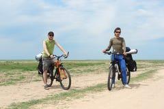 Dos turistas de la bicicleta que se colocan en el camino Imagenes de archivo