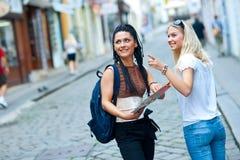 Dos turistas de la mujer en la ciudad Fotos de archivo libres de regalías