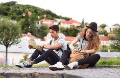 Dos turistas jovenes con el mapa en la ciudad vieja Imagenes de archivo