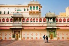 Dos turistas que miran modelos del palacio de la ciudad imagenes de archivo