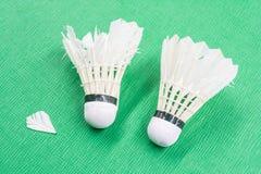 Dos utilizaron los volantes blancos del bádminton Imagen de archivo libre de regalías