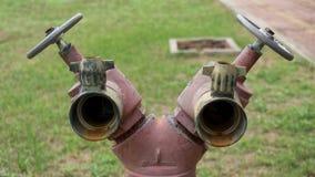 Dos válvulas de impulsión con las manijas y los tubos rojos Foto de archivo libre de regalías