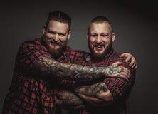 Dos varones barbudos brutales sonrientes Fotografía de archivo libre de regalías
