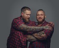 Dos varones brutales en fondo gris Imagen de archivo