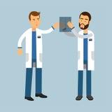 Dos varones cuidan caracteres en radiografía de examen uniforme y la discusión, ejemplo de la asistencia médica libre illustration