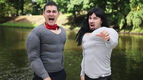 Dos varones lindos en trajes falsos del m?sculo del pecho art?stico bailar y cantar en barco almacen de video