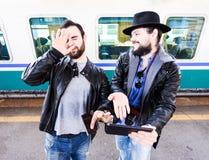Dos varones son asqueados sobre algo en Internet Foto de archivo libre de regalías