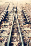 Dos vías ferroviarias o de ferrocarril para el transporte del tren (estilo del vintage) Imagen de archivo libre de regalías