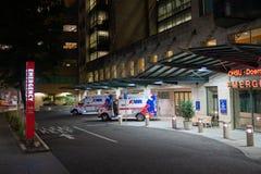 Dos vehículos de la ambulancia en el centro de emergencia fotografía de archivo
