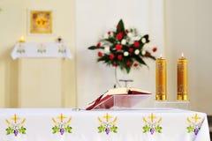 Dos velas ardientes en el templo para la adoración Imagenes de archivo