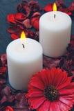 Dos velas blancas que queman en un fondo azul Fotos de archivo libres de regalías