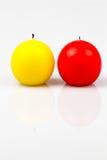 Dos velas de diversos colores encendido Fotografía de archivo