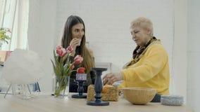 Dos velas del aroma del olor de las mujeres en el estudio metrajes