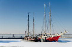 Dos veleros atrapados en hielo Imagen de archivo libre de regalías