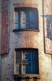 Dos ventanas de casa hermosa vieja del vintage Imagen de archivo