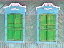 Dos ventanas de una casa de madera en la provincia rusa Imagen de archivo libre de regalías