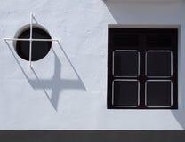 Dos ventanas en cuadrado moderno de la casa y redondos con las barras del stell y Fotos de archivo libres de regalías
