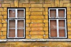 Dos ventanas en la casa vieja Imagen de archivo